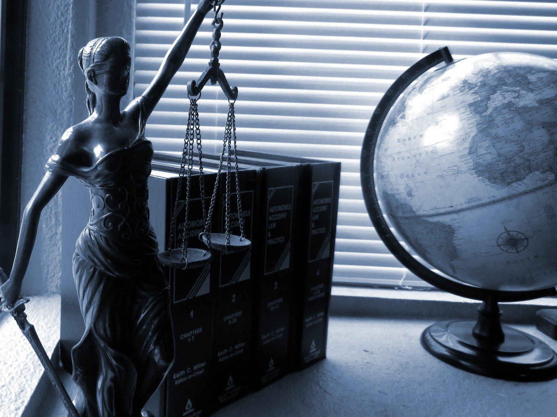 Jak wygląda obsługa prawnika przez telefon i internet?